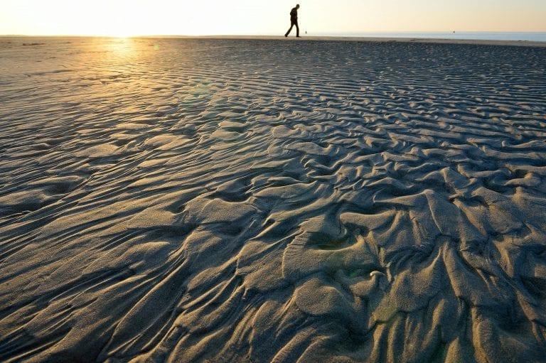 Fraaie zandpatronen op het strand van de Kwade Hoek bij zonsondergang